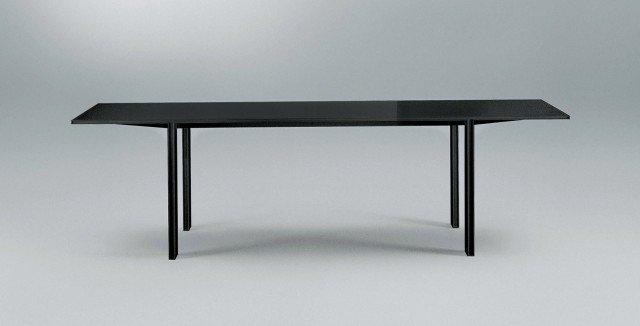 Profili sottili in contrasto con linee di forte spessore per il tavolo con struttura in alluminio e piano in vetro completamente smontabile, ma che una volta assemblato non presenta viti e giunzioni a vista. È disponibile con il piano in vetro sia lucido sia opaco, in 30 colori coordinati alla struttura in alluminio della stessa variante cromatica, il tavolo che misura L 220/260/300 x P 90/105 x H 73 cm; nella versione base costa 1.977 euro Tabula di Rimadesio www.rimadesio.it