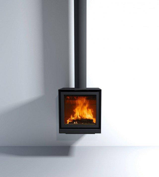 Per abitazioni a basso consumo, la stufa a legna sospesa misura L 58 x P 45 x H 60,7 cm; esclusi tubo e Iva, costa 2.552 euro 16-58 UP di Stûv www.montexport.it