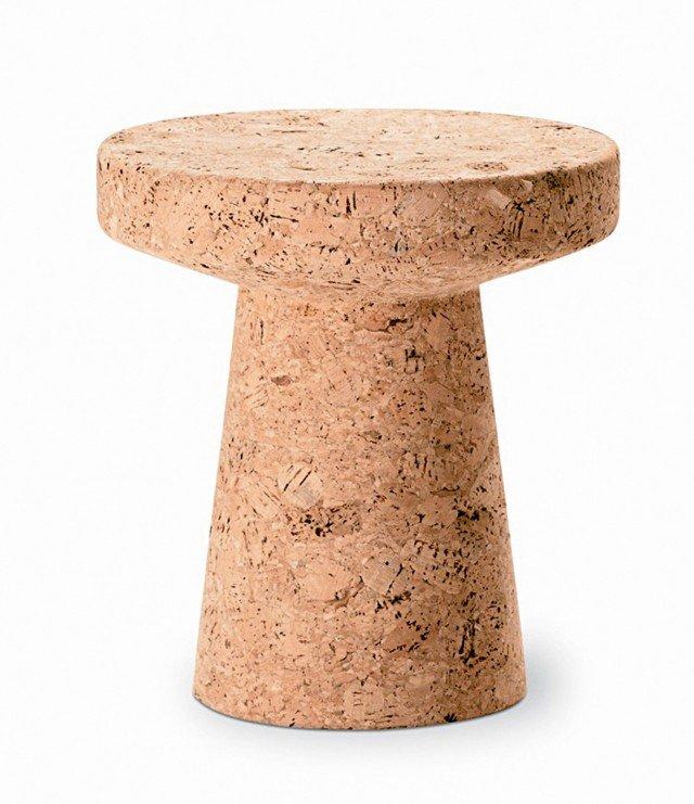 Sembra un tappo da champagne, ma è un tavolino/sgabello in sughero massello, tornito, dalla superficie non trattata. Misura Ø 31 x H 33 cm.  .Cork Family, Modello C  di Vitra costa 291 euro)