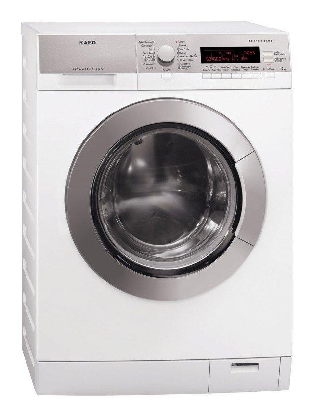 Grazie al motore Inverter e al totale isolamento acustico, L87695WD di Aeg Electrolux, è silenziosa 49 dB(A). In classe energetica A come lavasciuga e A+++ -10% se usata solo come lavabiancheria, ha capacità di carico di 9 kg di lavaggio e 7 kg di asciugatura. E' dotata di partenza ritardata fino a 20 ore. Misura L 60 x P 63 x H 85 cm.  Prezzo 1.197 euro. www.aeg-electrolux.it