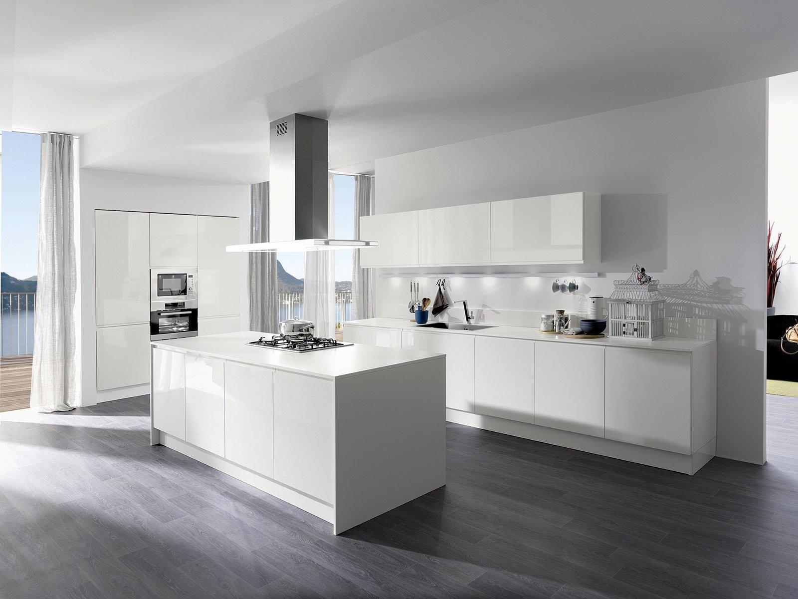fronteggianti la cucina tutta bianca con alzate e top in okite, e ...