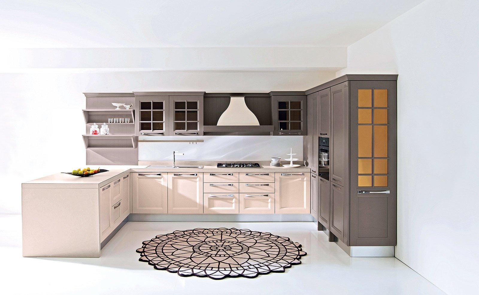 Alterna Finiture Bianche E Tortora E Ante Chiuse Ad Altre Con Vetro  #956836 1600 987 Cucine Moderne Ad Angolo Con Finestra