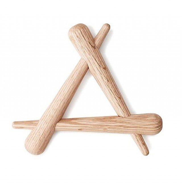 Il sottopentola  è costituito da tre elementi in legno di quercia incastrati. Misura L 20 x P 3 x H 18 cm.   Timber  di Normann Copenhagen  (costa 26 euro)
