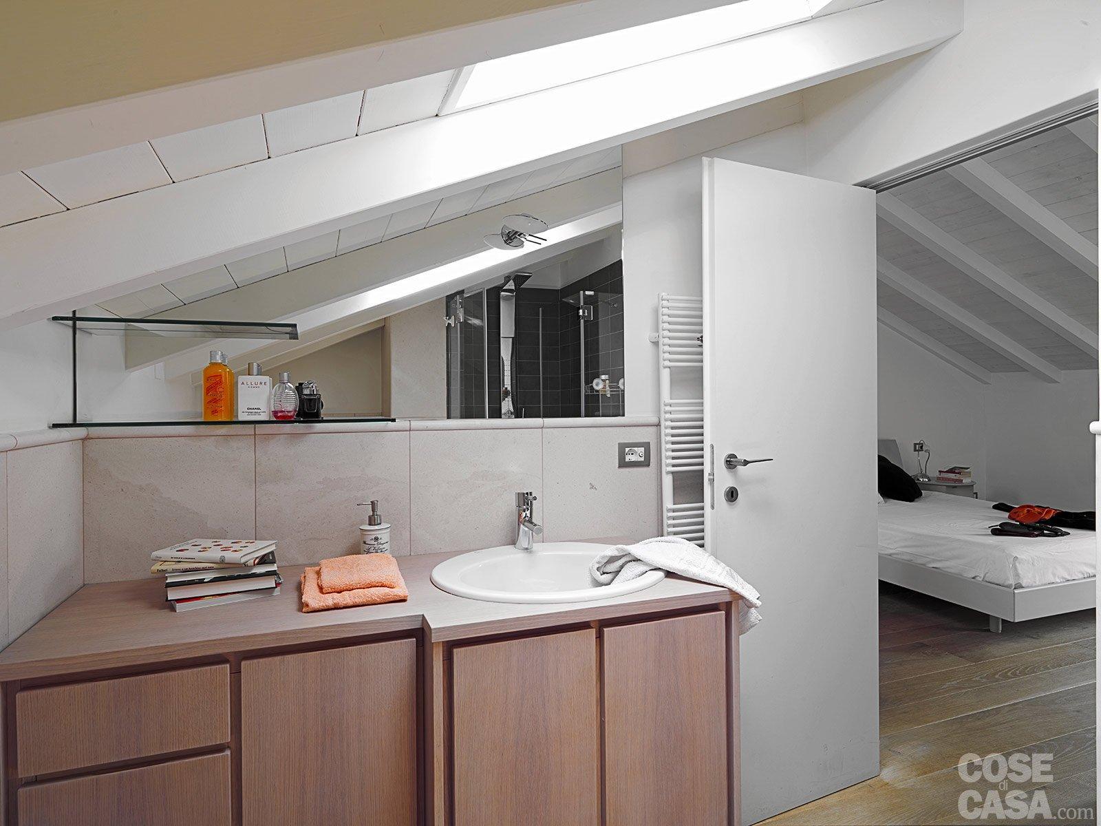Una casa con zona giorno open space e camera sottotetto - Bagno sottotetto ...