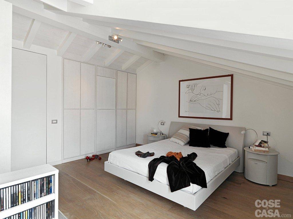 lampadari per stanzette : Una casa con zona giorno open space e camera sottotetto - Cose di Casa