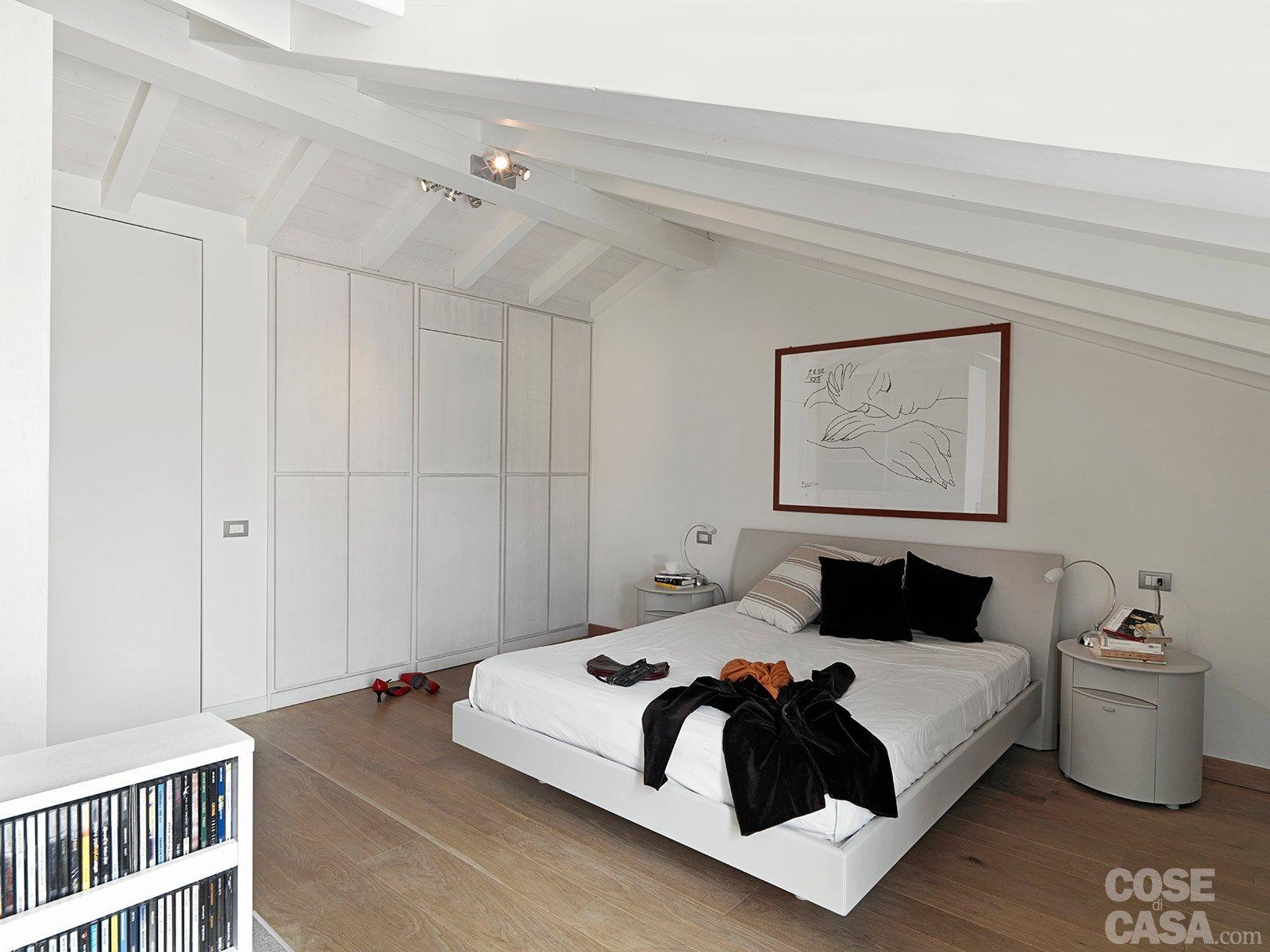 Una casa con zona giorno open space e camera sottotetto for Stanza sopra i piani del garage