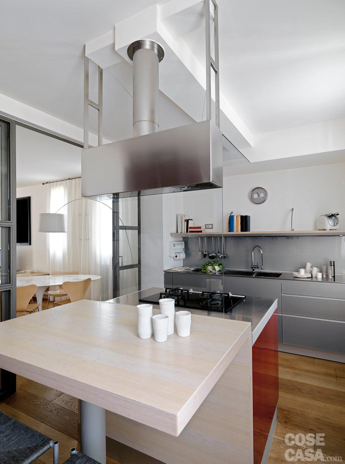 Una casa con zona giorno open space e camera sottotetto for Cucina open space con pilastri