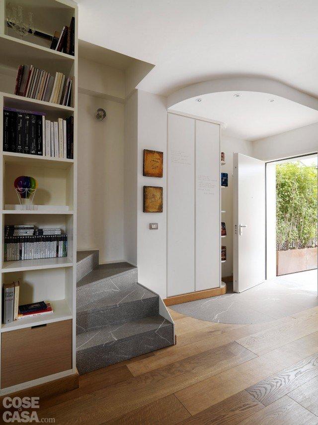 Una casa con zona giorno open space e camera sottotetto for Muretto divisorio ingresso soggiorno