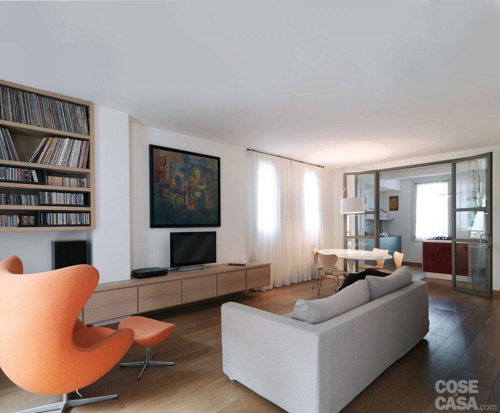 Una casa con zona giorno open space e camera sottotetto for Arredamento zona giorno
