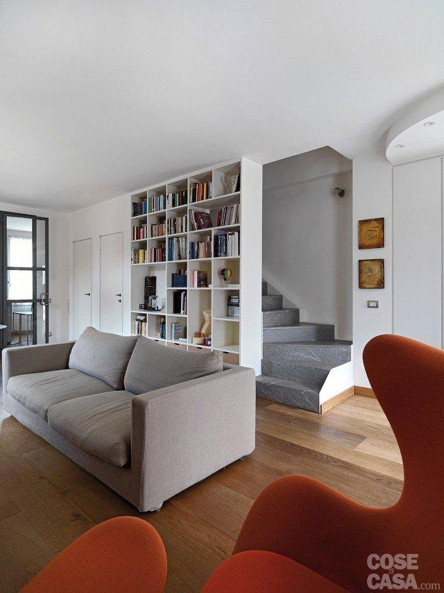 Una casa con zona giorno open space e camera sottotetto for Parete attrezzata con divano