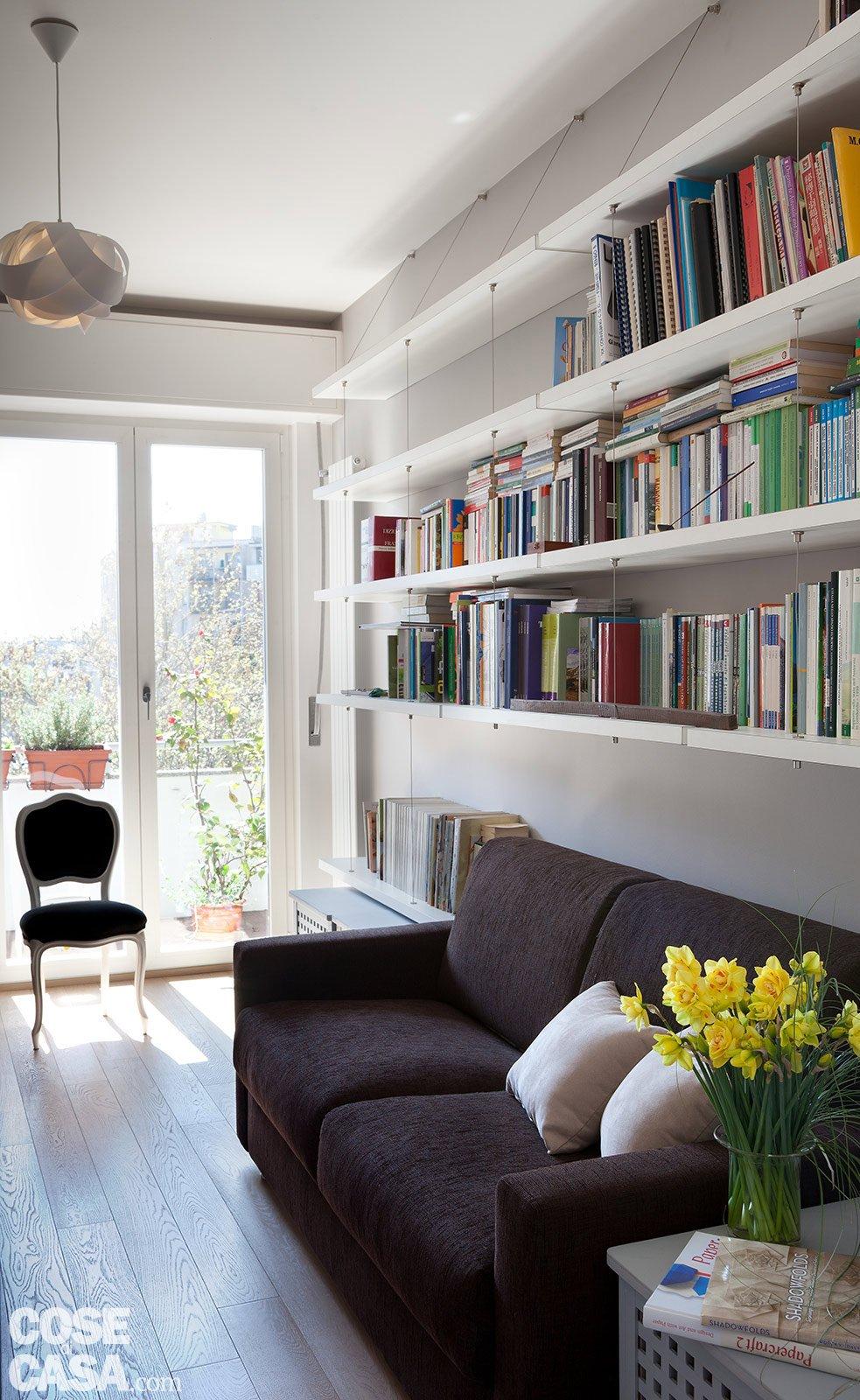 Casabook immobiliare ambienti contemporanei per una casa for Parete attrezzata con divano