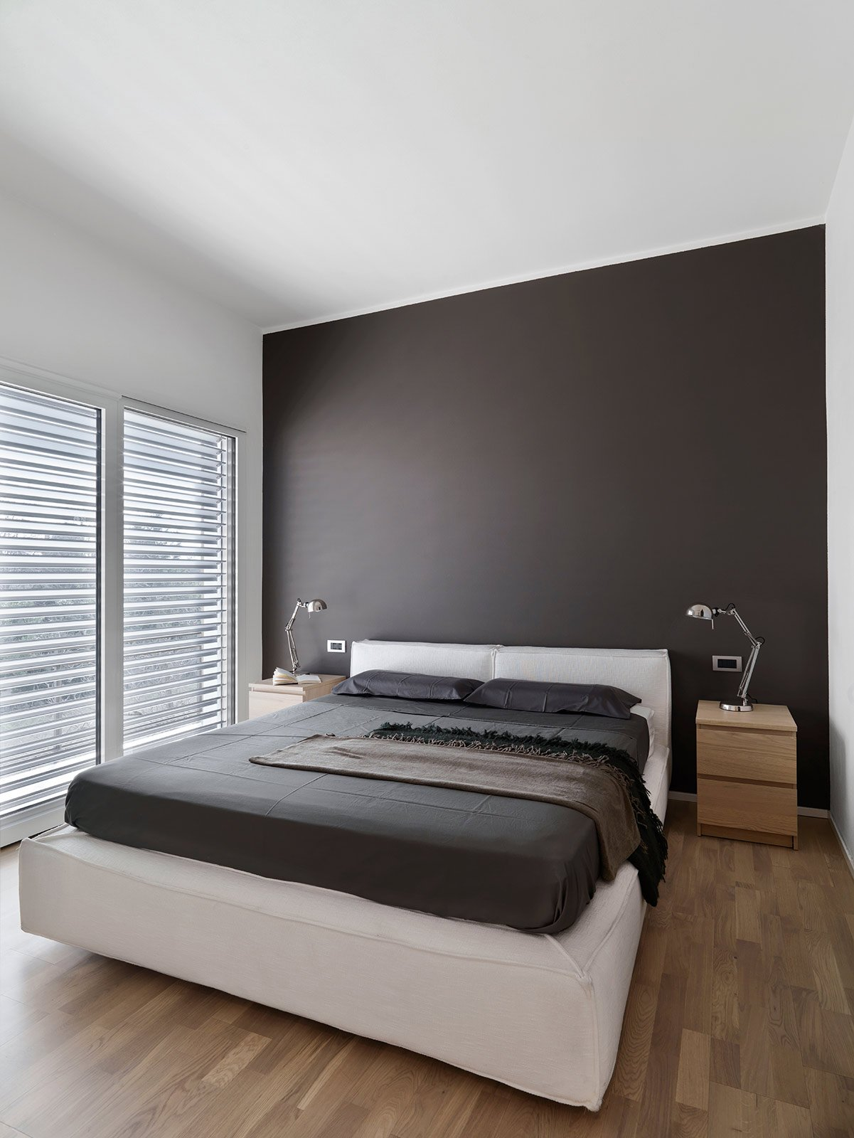 Una casa ristrutturata ridisegnando le prospettive interne cose di casa - Parete grigia camera da letto ...