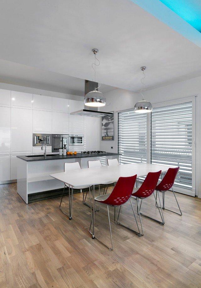 Una casa ristrutturata ridisegnando le prospettive interne for Sedie rosse cucina