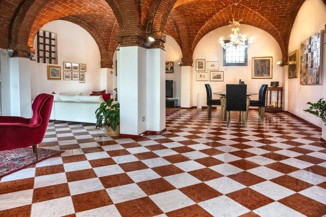 Il pavimento di marmo bianco Carrara e rosso Verona di Cristiani è bisellato e lucidato. È disponibile nel formato 30,5 x 30,5 cm (spessore 10 mm). Prezzo al mq, Iva esclusa, già levigato, marmo bianco Carrara 38 euro, marmo rosso Verona 58 euro. www.cristiani.it