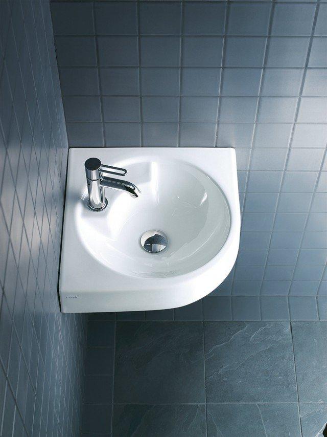 Il lavabo ad angolo Architec di Duravit in ceramica bianca sanitaria è senza troppopieno. Monoforo, è disponibile anche nella versione con foro per dispenser portasapone. Misura L 63,5 x P 54 cm. Prezzo 275 euro. www.duravit.it