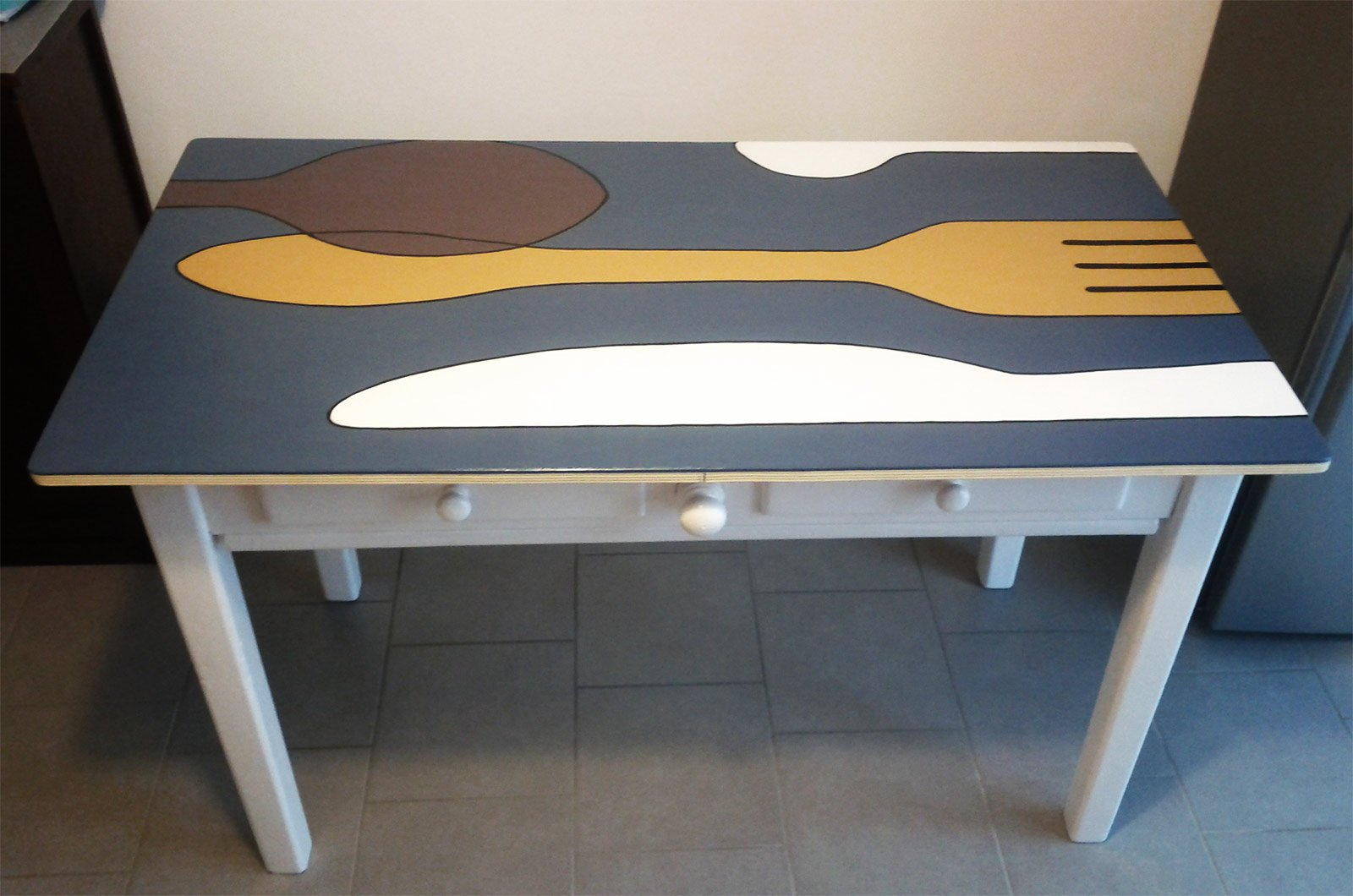 Un tavolo decorato con maxi posate cose di casa for Tavolo legno vecchio cucina