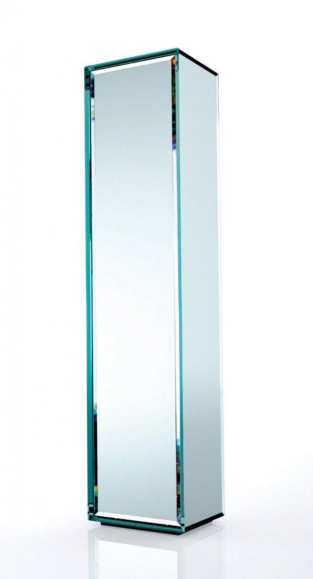 Interamente in cristallo specchiato,  si tratta  di un piccolo contenitore  a forma di parallelepipedo, dotato di un'anta con apertura push-pull. Ha l'interno in legno di rovere moro con ripiani regolabili il mobile specchio che misura L 44 x P 46 x H 195 cm; costa 2.384 euro Prism mirror di Glas Italia www.glasitalia.com