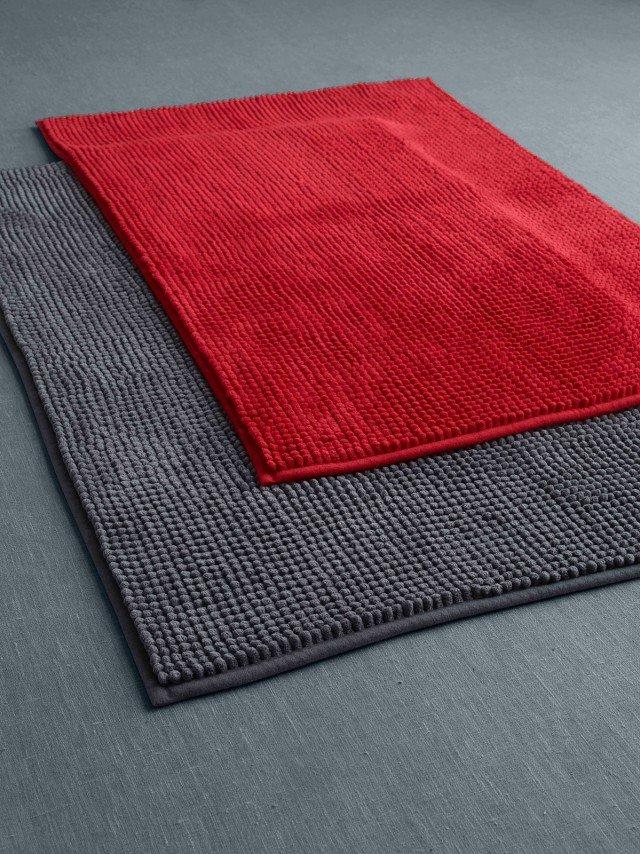 È in microfibra di poliestere il tappeto bagno Toftbo di Ikea. Dotato di antiscivolo Stopp su tutta la superficie del tappeto, è disponibile in vari colori ed è lavabile in lavatrice a 40 °C. Misura L 90 x P 60 cm. Prezzo 9,99 euro. www.ikea.it