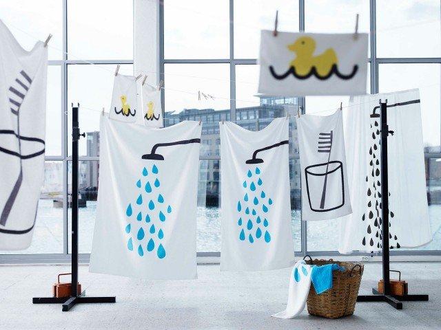 Il telo bagno Tvingen di Ikea nei colori bianco e blu è in puro cotone 380 gr/m². Misura L 100 x P 150 cm. Prezzo 8,99 euro. www.ikea.it