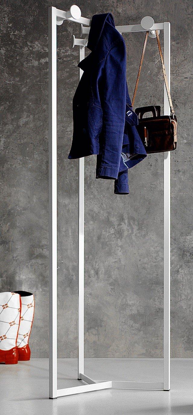 È realizzato in metallo verniciato l'attaccapanni formato da tre sostegni saldati alla base, ognuno dei quali può ospitare più abiti; misura L 55 x H 172 cm; costa 305 euro Cabaret di Letti Cosatto www.cosattoletti.it