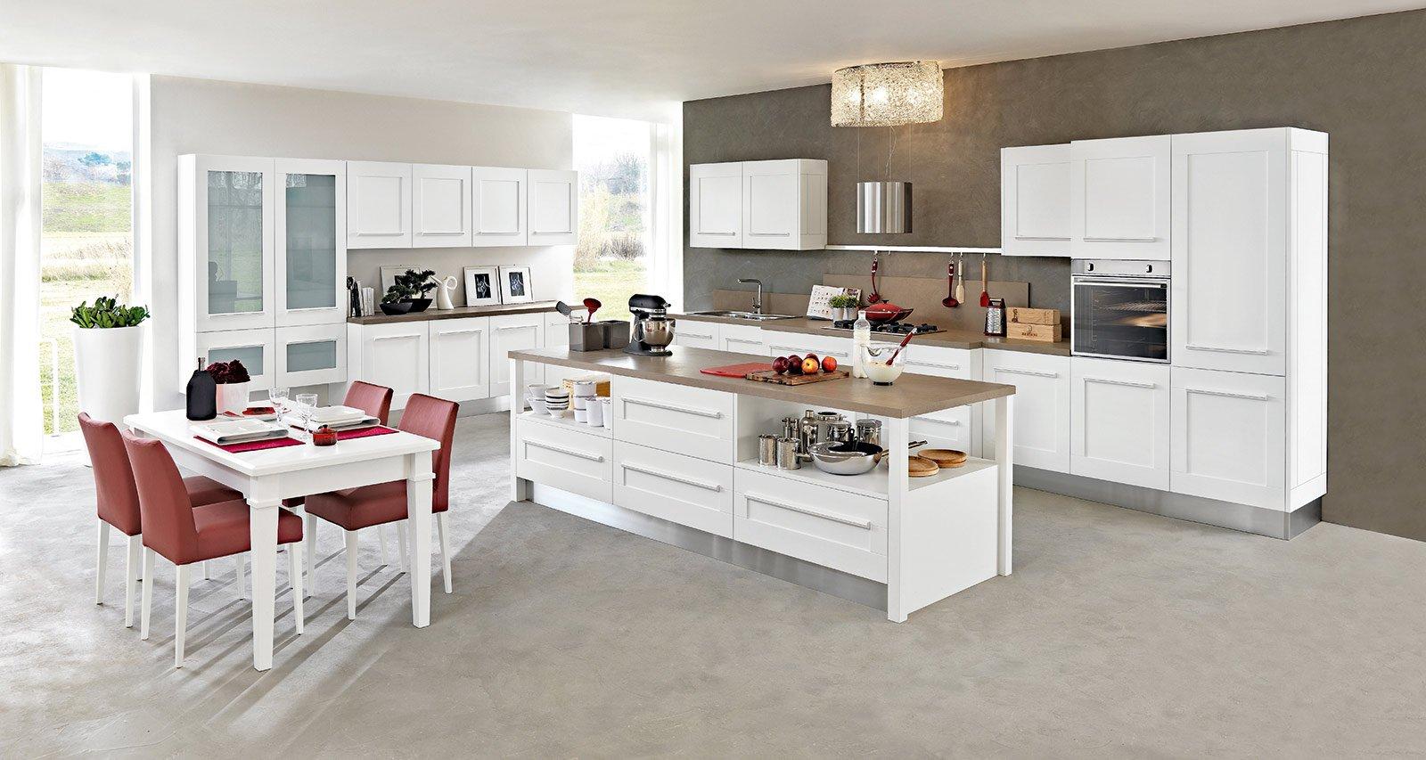 La cucina Gallery di Lube in tre blocchi laccata bianca ha ante a ...
