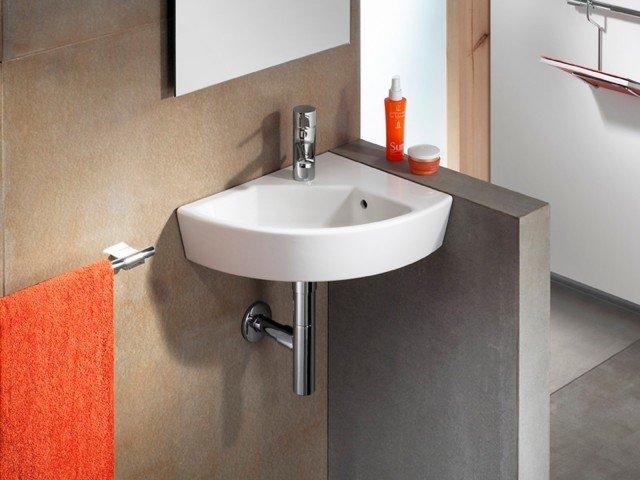 È realizzato in porcellana bianca il lavabo sospeso Hall di Roca di forma angolare. Monoforo, è dotato di troppopieno. Misura L 43 x P 35 cm. Prezzo 231 euro. www.it.roca.com