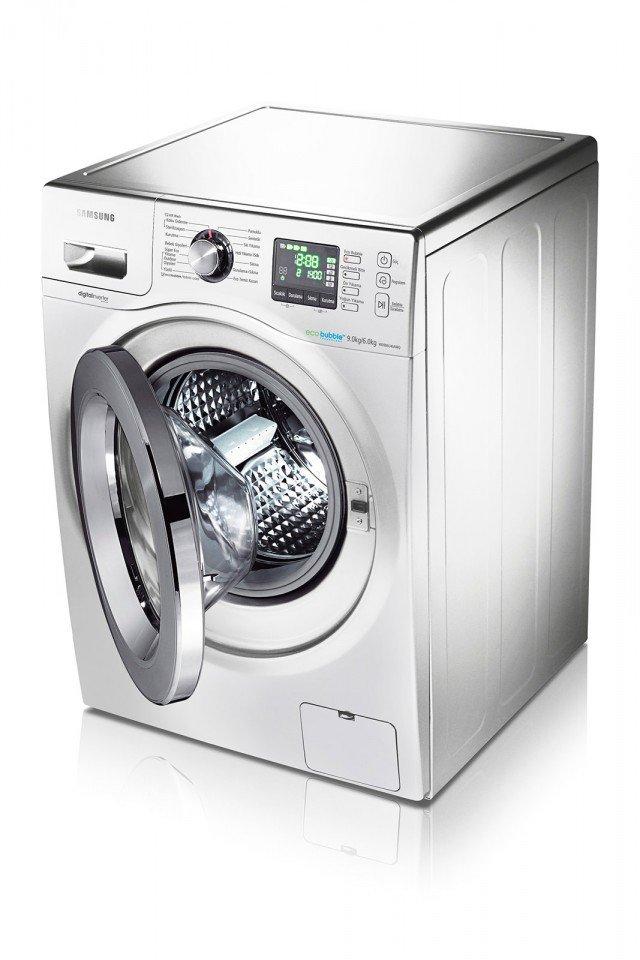 Lava a freddo, la lavasciuga Ecolavaggio WD906U4SAWQ di Samsung che è in grado di trattare fino a 9 kg di bucato e asciugarne fino a 6 kg. In classe energetica A, ha la funzione Air Wash che, grazie a un getto d'aria, permette di rinfrescare con aria fredda i capi in soli 29' e in aria calda di igienizzarli in 59'. Misura L 60 x P 65 x H 85 cm.  Prezzo 999 euro. www.samsung.it