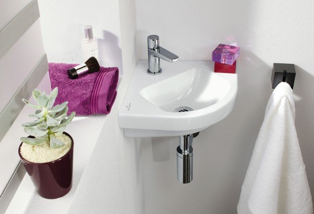 È sospeso il lavabo ad angolo Subway 2.0 di Villeroy & Boch realizzato in ceramica bianca sanitaria. Monoforo, ha troppopieno. Misura L 32 x P 38 cm. Prezzo, Iva esclusa, 170 euro. www.villeroy-boch.it