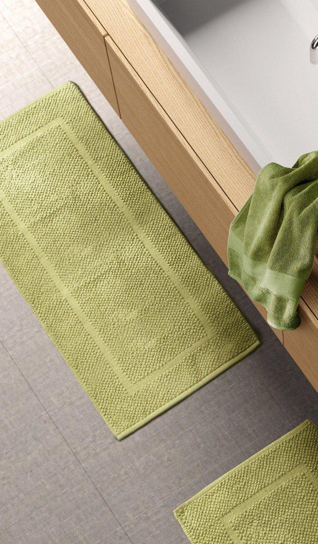 Il tappeto bagno Solotuo di Zucchi è in spugna di puro cotone. In tinta unita, è impreziosito da una moderna lavorazione jacquard. Disponibile in 12 colori e in tre misure differenti. Prezzo della misura L 140 x P 70 cm 49,90 euro. www.zucchi.it