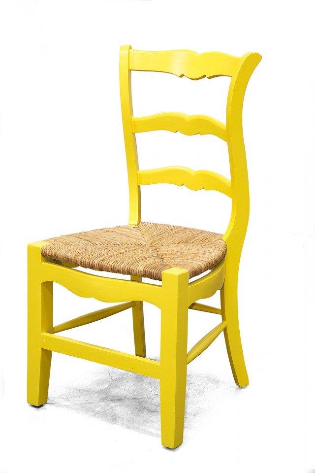 Ricorda i modelli del passato la sedia in legno di mogano laccato giallo con la seduta in paglia: dedicata a chi ama lo stile country chic. Misura L 56 x P 51 x H 99 cm e costa 148 euro. Classic di Novità Home. www.novitahome.com