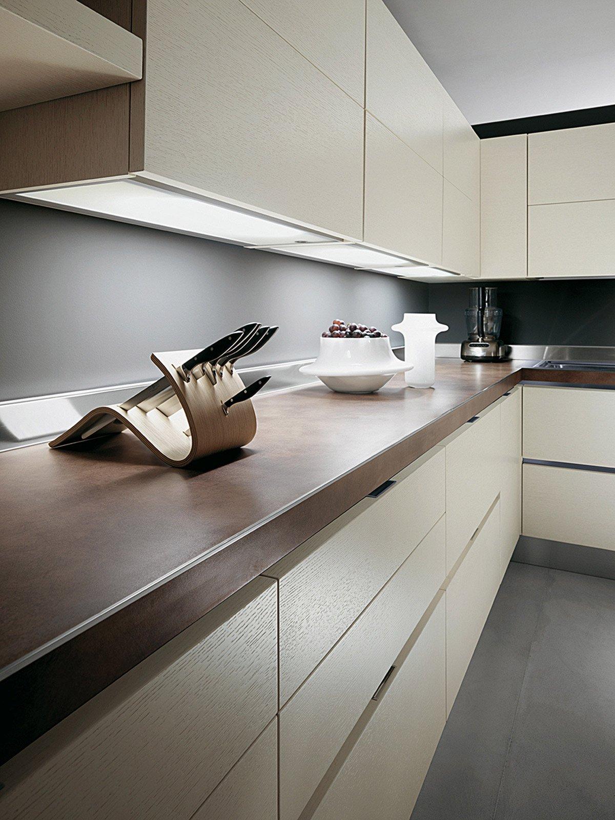 sistema di illuminazione sottopensile per la composizione scenary di scavolini con ante impiallacciate rovere bianco