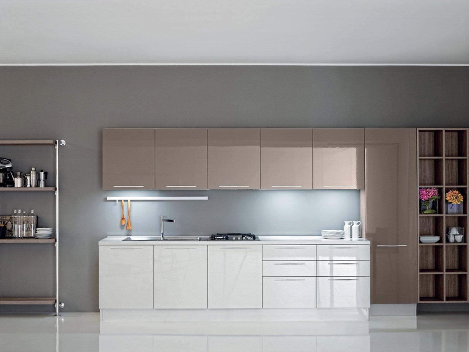 Cucina bianca e legno wenge - Colore muri cucina ...