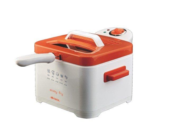Easy Fry è la friggitrice di Ariete completamente smontabile con cestello, vano olio e coperchio lavabili in lavastoviglie. Facile da usare, grazie al termostato regolabile, ha la finestra di controllo che permette di verificare lo stato della cottura. Potenza 2.000 watt, capacità olio 2,0-2,5 litri. Prezzo 44,90 euro. www.ariete.net