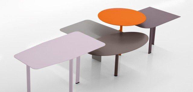 Collage di Bonaldo è un'originale composizione di tavolini in metallo verniciato. Disponibile in quattro diverse combinazioni cromatiche. Tutti i tavoli, tranne uno, sono uniti, quello tondo al centro fa da perno a tutti gli altri, che sono agganciati si posizionano liberamente gravitando intorno al primo. Un tavolino extra svincolato, può essere posizionato per ridisegnare la composizione o lasciato a se stante. Misure da 142 x 72 x 36 cm. Prezzo su richiesta. www.bonaldo.it