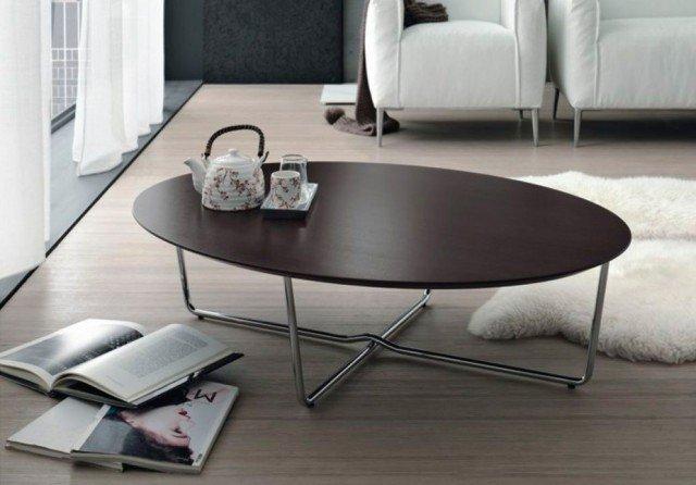Linee essenziali, utilizzabile in qualsiasi ambiente moderno. Il tavolino Giglio di Doimo Salotti è caratterizzato dalla forma ovale del ripiano in legno wengé, sostenuto da un basamento in metallo cromato. Misura L 112 x P 82 x H31cm. Prezzo 550 euro. www.doimosalotti.it