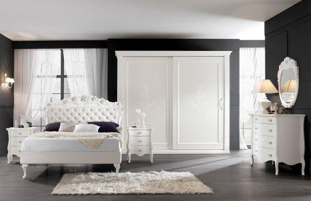 Il letto modello Medea di Eurodesign è costruito completamente in legno, laccato bianco opaco. È disponibile in qualsiasi altra finitura come da campionario colori, in ecopelle bianca bottoni Swarovsky, con giroletto imbottito o pediera. Misura 160 x 190 cm. Prezzo 3.166 euro. www.eurodesign.it