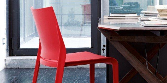 Sedie colorate. Anche per ravvivare un tavolo in legno e vetro