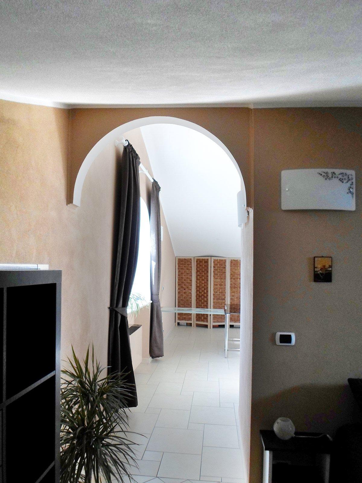 Una testiera a semicerchio e un arco per abbellire un - Arco interno casa ...
