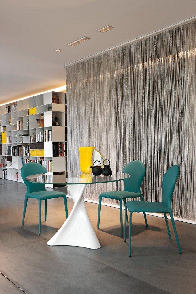 Contemporaneo Il tavolo La Defense di Tonin Casa ha la base realizzata in agglomerato di marmo bianco lucido, disponibile anche nelle varianti nero e beige, e il piano in vetro temperato trasparente. Misura ø 120 x H 75 cm. Prezzo 1.555 euro. www.tonincasa.it