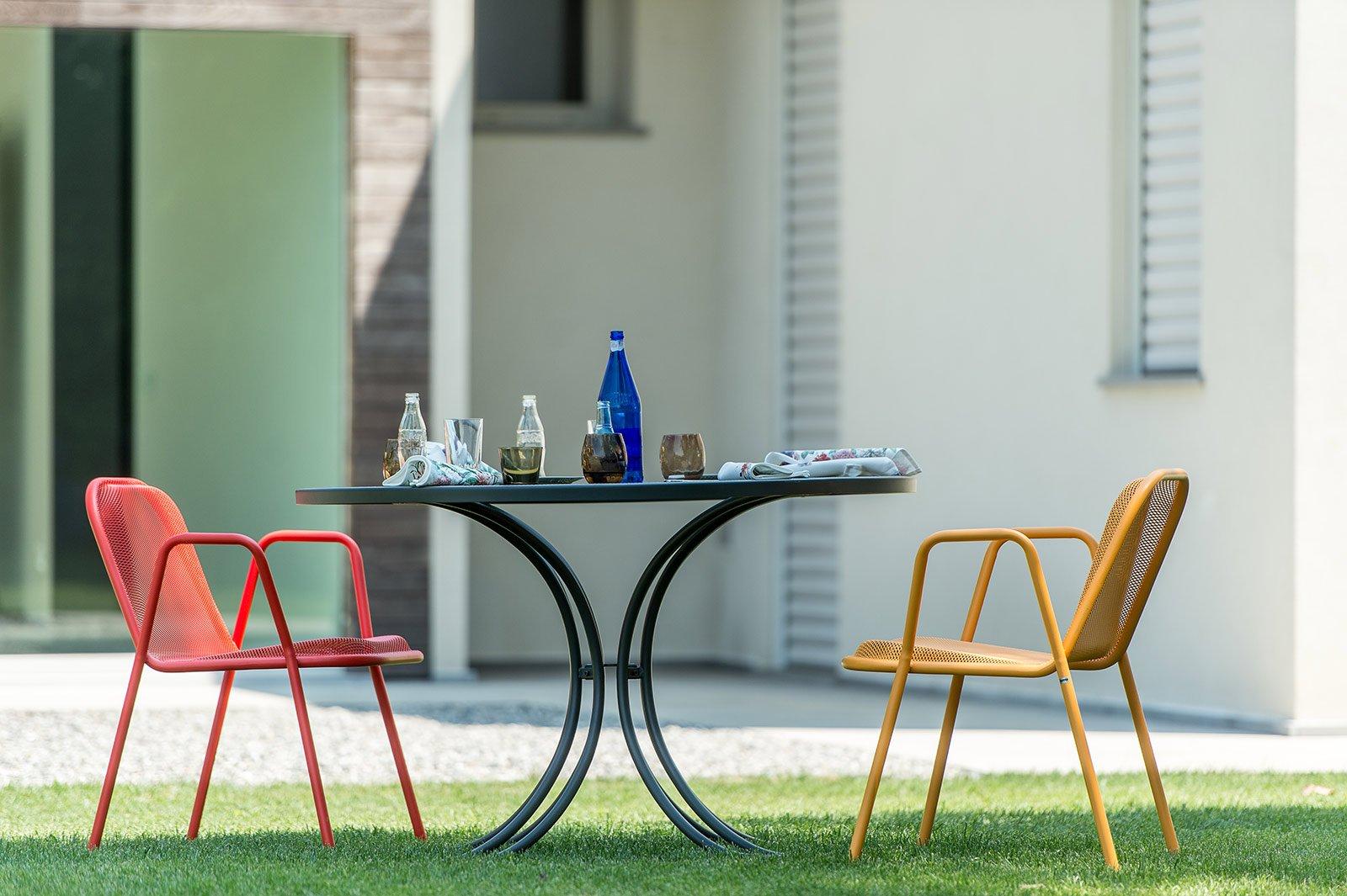 Tavoli rotondi e ovali design morbido minimal dinamico for Ombrellone da giardino emu prezzi
