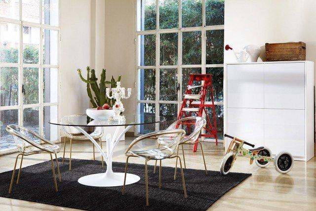 Leggero Lunghi rami in metallo verniciato bianco per la struttura di sostegno del tavolo Acacia di Calligaris che regge un piano in vetro temprato trasparente. Misura ø 120 x H 75 cm. Prezzo 850 euro. www.calligaris.it