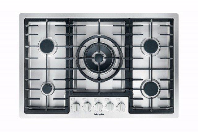 Comprende cinque zone di cottura di cui uno a wok il piano a gas KM2335di Miele. Installabile a semifilo, ha griglie lavabili in lavastoviglie. Prezzo 1.149 euro. www.mieleitalia.it