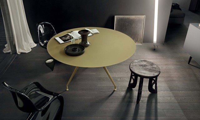 Laccato: La struttura del tavolo Manta di Rimadesio è in alluminio laccato opaco da scegliere tra trenta colori e ha il top in vetro laccato opaco coordinato. Misura ø 140 x H 74 cm. Prezzo 1.948 euro. www.rimadesio.it
