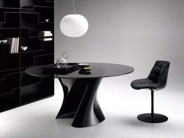 Dinamico. L'originale basamento ad S in torsione del tavolo S-Table di Mdf.è realizzato in Ceramilux® nero lucido, il top è in cristallo temperato fumé. Misura ø 140 x H 73 cm. Prezzo 3.800 euro.www.mdfitalia.it