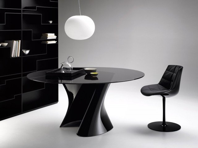 Design L'originale basamento ad S in torsione è realizzato in Ceramilux® nero lucido, il top è in cristallo temperato fumé. Misura ø 140 x H 73 cm e costa 3.800 euro. S-Table di Mdf. www.mdfitalia.it