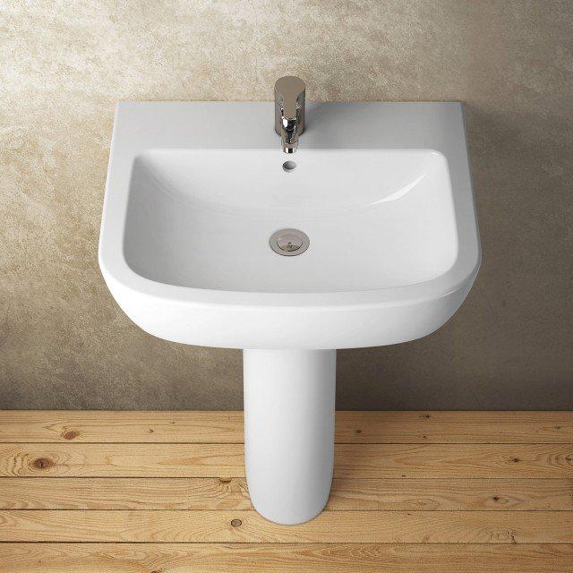 Ha linee essenziali e pulite il lavabo a colonna Gemma 2 di Ceramica Dolomite in ceramica sanitaria bianca. Misura L 66 x P 52,5 cm. Disponibile nelle stesse misure anche su semicolonna. Prezzo 163,50 euro. www.ceramicadolomite.it