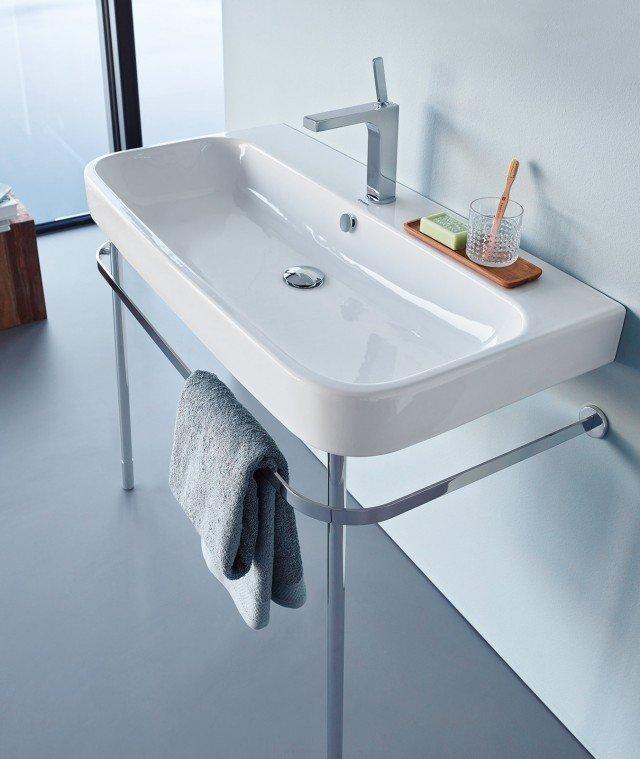 Il lavabo sospeso Happy D.2 di Duravit è monoforo con troppopieno. In ceramica, può essere abbinato anche a un sostegno metallico portasciugamani cromato. Disponibile anche nelle larghezze da 60 e 80 cm, misura L 100 x P 50,5 cm. Prezzo 645 euro. www.duravit.it