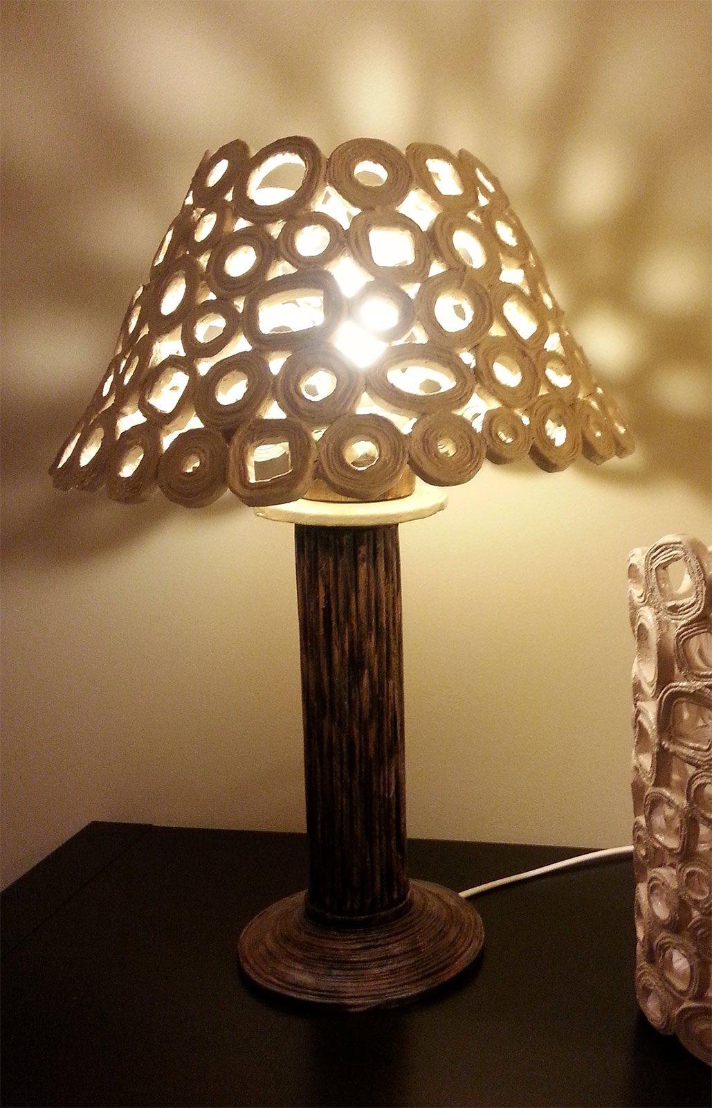 Lampada da tavolo paralume con carta da riciclo cose di for Portacellulare da tavolo fai da te