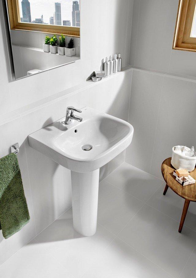 Il lavabo a parete su colonna Debba di Roca è in porcellana sanitaria bianca. È disponibile anche nella larghezza di 50 cm adatta a bagni dalle dimensioni ridotte. Misura L 60 x P 48 cm. Prezzo del lavabo 81 euro, prezzo della colonna 57 euro. www.it.roca.com