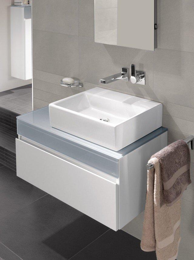 È adatto a integrarsi in un bagno dalle linee pure e minimaliste il lavabo Memento di Villeroy & Boch in ceramica bianca sanitaria dalla rigorosa forma geometrica. Misura L 50 x P 42 cm. Prezzo 610 euro. www.villeroy-boch.it